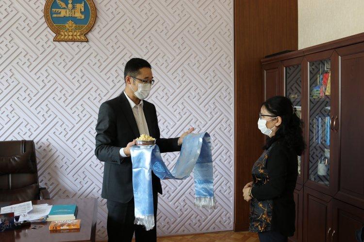 Засгийн газрын VIII байр Эрүүл мэндийн яамны үйлчлэгч Л.Уламбадрах гавъяаны амралтаа авлаа.